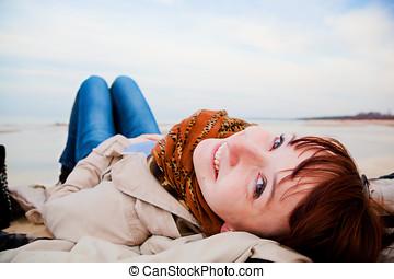 lächeln glücklich, frau, lügen strand, auf, a, fruehjahr, oder, herbst, day., heller himmel