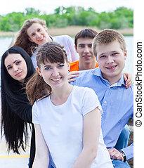 lächeln, gruppe, teenager, draußen