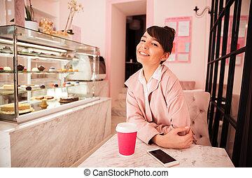 lächeln, hübsche frau, sitzen, an, der, cafeteria