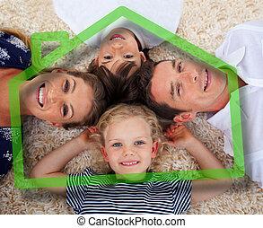 lächeln, junge familie, vor, grünes haus, abbildung
