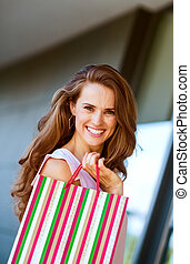 lächeln, junge frau, mit, einkaufstüte