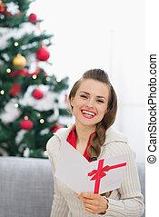 lächeln, junge frau, mit, weihnachten, postkarte