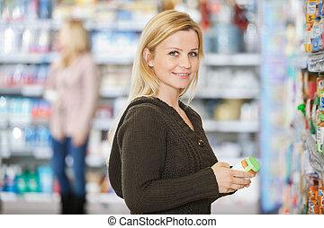 lächeln, junge frau, shoppen, an, supermarkt