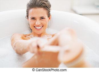 lächeln, junge frau, wäsche, mit, koerper, bürste, in, badewanne