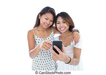 lächeln, junge frauen, gebrauchend, a, smartphone