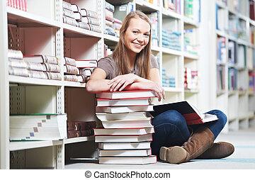 lächeln, junger erwachsener, frau lesen, buch, in,...
