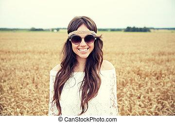 lächeln, junger, hippie, frau, auf, getreide, feld