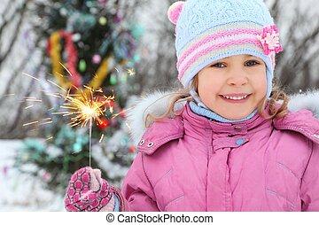 lächeln kleinem mädchen, tragen, winterjacke, gleichfalls, stehende , bei, christmass, baum, mit, bengal, light.