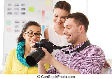 lächeln, mannschaft, mit, photocamera, arbeitende , in,...