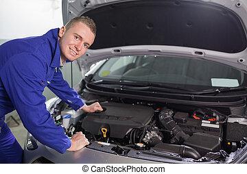 lächeln, mechaniker, anschauen kamera
