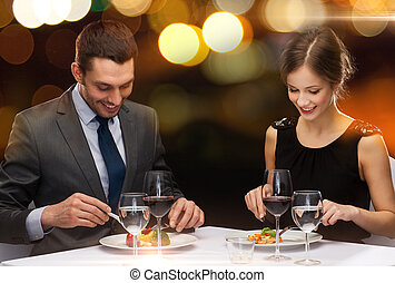 lächeln, paar, essende, hauptgericht, an, gasthaus