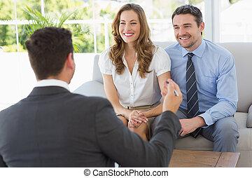 lächeln, paar, in, versammlung, mit, a, finanziell, berater