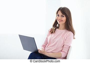 lächeln, schöne frau, porträt, mit, laptop