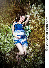 lächeln, schwanger, junge frau, lügen gras
