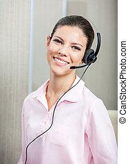 lächeln, servicefachkraft, agent, tragender kopfhörer, in, buero