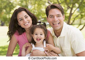 lächeln, sitzen, familie, draußen