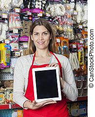 lächeln, verkäuferin, ausstellung, digital tablette, in, haustier, kaufmannsladen