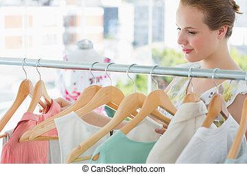 lächeln, weibliche , kunde, an, ankleiden gestell, in, kaufmannsladen