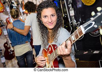 lächeln, weibliche , kunde, schwierig, spielen, gitarre, in, kaufmannsladen