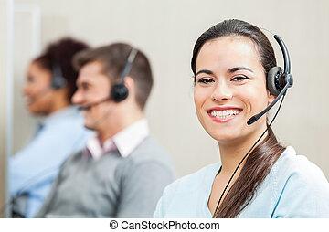 lächeln, weibliche , servicefachkraft, agent, in, buero
