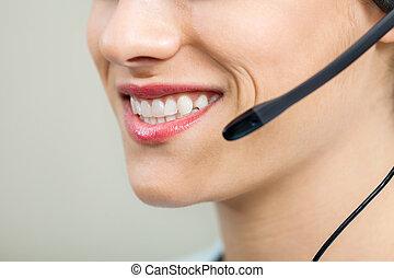 lächeln, weibliche , servicefachkraft, agent, tragender kopfhörer