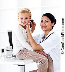 lächeln, weiblicher doktor, prüfung, sie, patient\'s, ohren