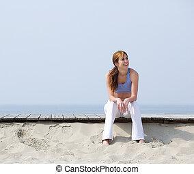 lächelnde frau, entspannend, strand