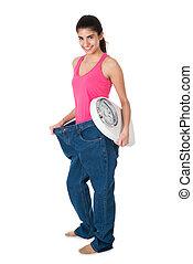 lächelnde frau, mit, gewichtsskalenfaktor, ausstellung, sie, altes , jeans