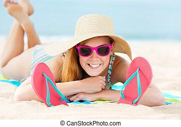 lächelnde frau, sonnenbaden, auf, sandstrand