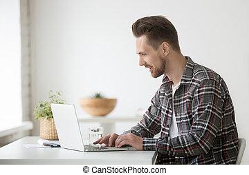 lächelnden mann, freiberufler, arbeiten, laptop, kommunizieren, online, uns