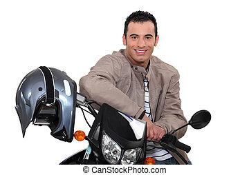 lächelnden mann, motorrad, sitzen