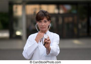 läkar läkare, med, stetoskop, utanför, sjukhus
