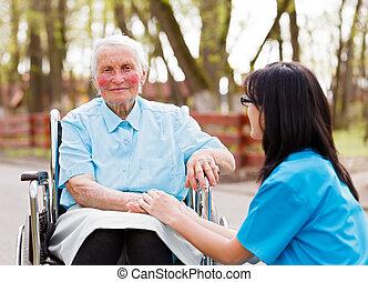 läkare, dam, äldre, trösta