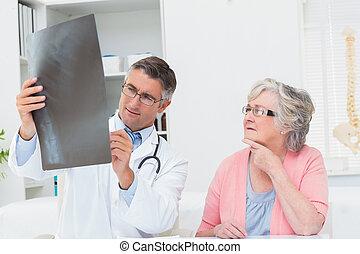 läkare, kvinnlig, röntga, tålmodig, förklarande