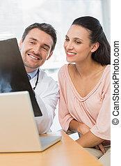läkare, rapport, manlig, röntga, tålmodig, förklarande