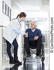 läkare, rullstol, mannens, holdingen, senior, hand