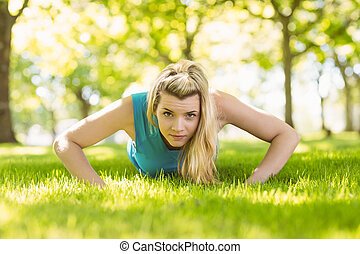 lämplig, blondin, gör, trycka, ups, i parken