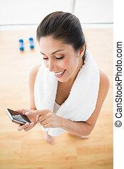 lämplig, kvinna, användande, smartphone, ta ett avbrott, från, genomkörare