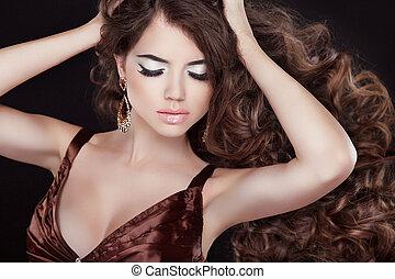 länge, vågig, hair., vacker kvinna, stående, med, vågigt brunt hår, isolerat, på, svart fond