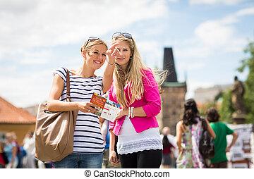 längs, vandrande, tourists, kvinnlig, karl, två, bro