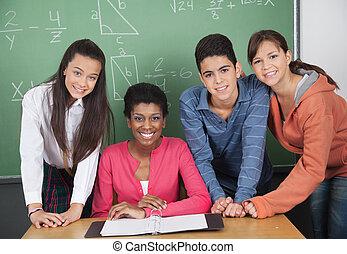 lärare, med, kickskola, deltagare, på skrivbordet