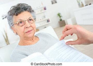 läsning, till, en, gammal dam