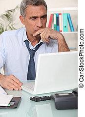 läsning, vresig, email, man