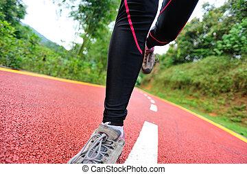 läufer, athlet, rennender , auf, trail.
