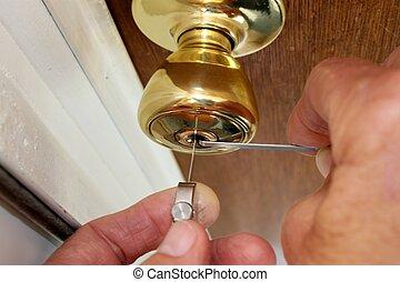 låsesmed, picking en lås