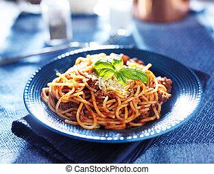 lækker, spaghetti, ind, bolognese sovs, hos, basil, garnere