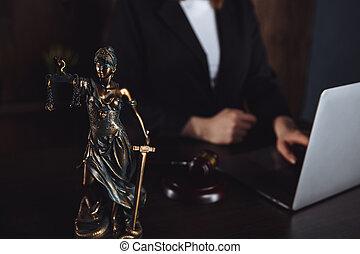 légal, concept., balances, droit & loi, conseil, bureau., avocat, statue, justice, laptop., fonctionnement
