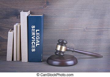 légal, services., gavel bois, et, livres, dans, arrière-plan., droit & loi, et, justice, concept