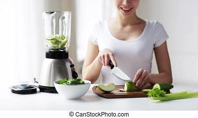 légumes, femme, couper, sourire, mixer