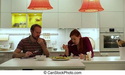 légumes, femme mange, poulet, homme